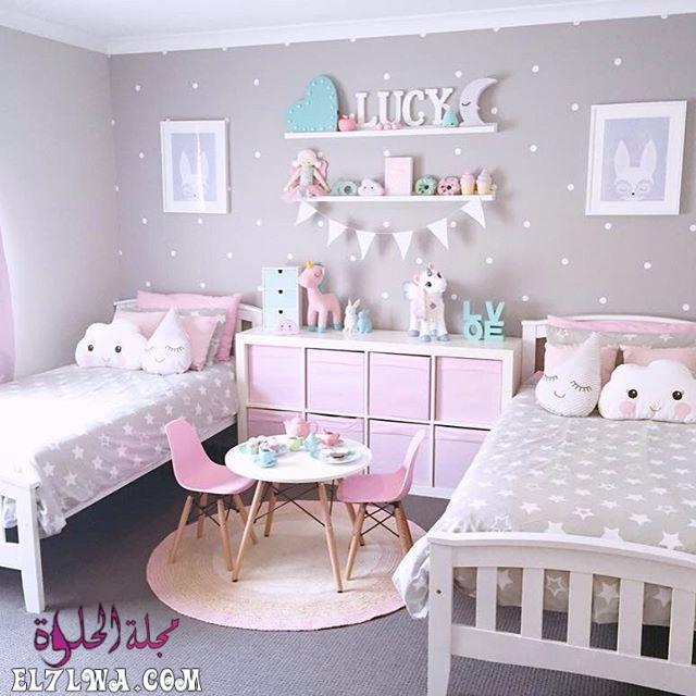 غرفة نوم بتصميم عصري جداً وشيك وتتكون من سريرين مع أرفف سيمبل و سفرة صغيرة حلوة جداً للصغار 1 - ديكورات غرف نوم بنات 2021 صور ديكور غرف نوم للبنات
