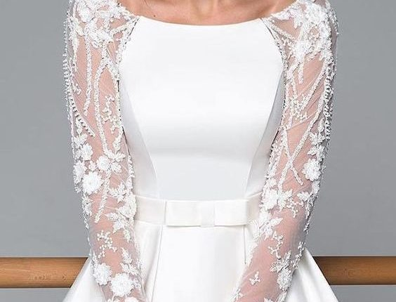 فستان زفاف بأكمام من التل المزين بالورود