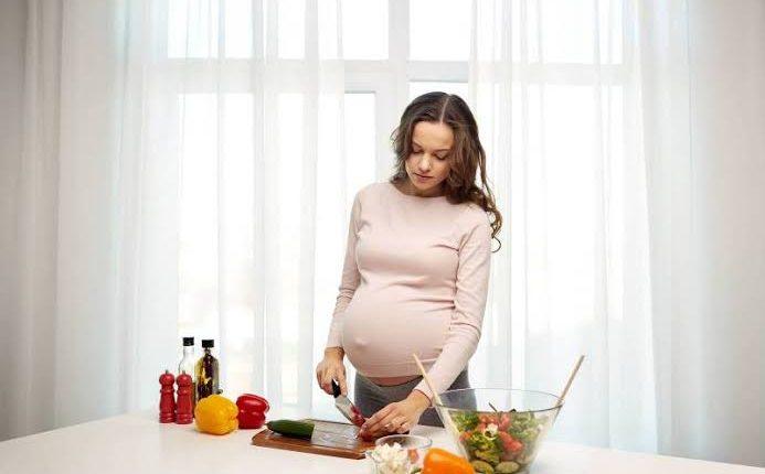 ماذا يحدث للجنين عندما لا تأكل الأم